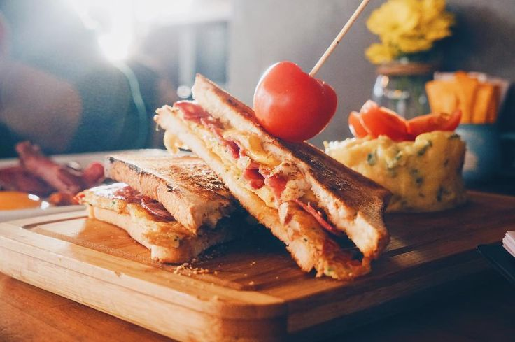 Breakwich sandwich; sebzeli omlet bacon ve cheddar jumbo tost ekmekleri arasında yanında patates salatası. #eatinkev #kevcafe #breakwich