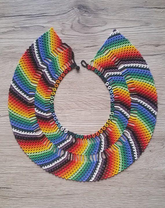 Collar tradicional colombiano de la mano arco iris
