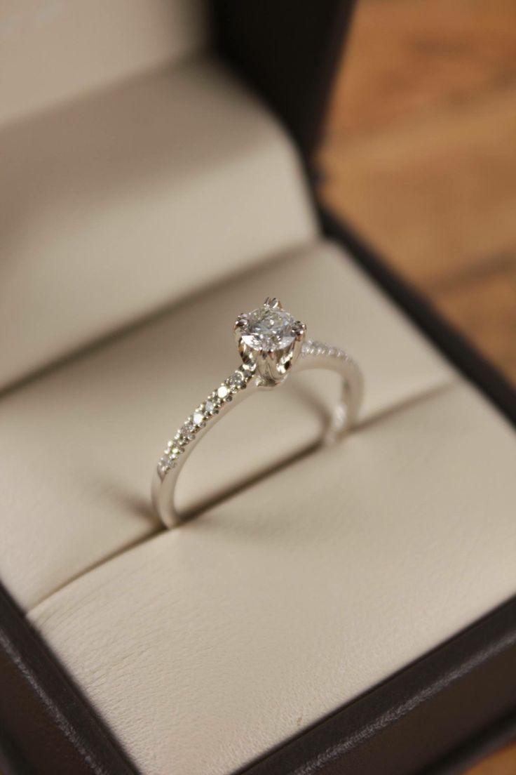 Anillo de compromiso fabricado en oro blanco con diamantes laterales