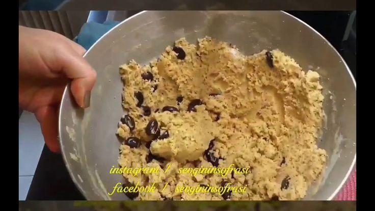 STARBUCKS KURABİYESİ  STARBUCKS KURABİYESİ 150 gr oda sıcaklığında tereyağı 2 yumurta sarısı 100 gr pudra şekeri yaklaşık 1 su bardağı 1 yemek kaşığı su 1 paket vanilya Yarım paket kabartma tozu 300 gr kadar un yaklaşık 2,5 büyük çay bardağı yeterli geliyor 1 tatlı kaşığı tarçın Yarım su bardağı damla çikolata Yaklaşık 1 su bardağı iri çekilmiş ceviz içi
