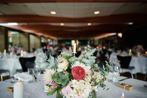 Wedding table decoration: pink floral and gold