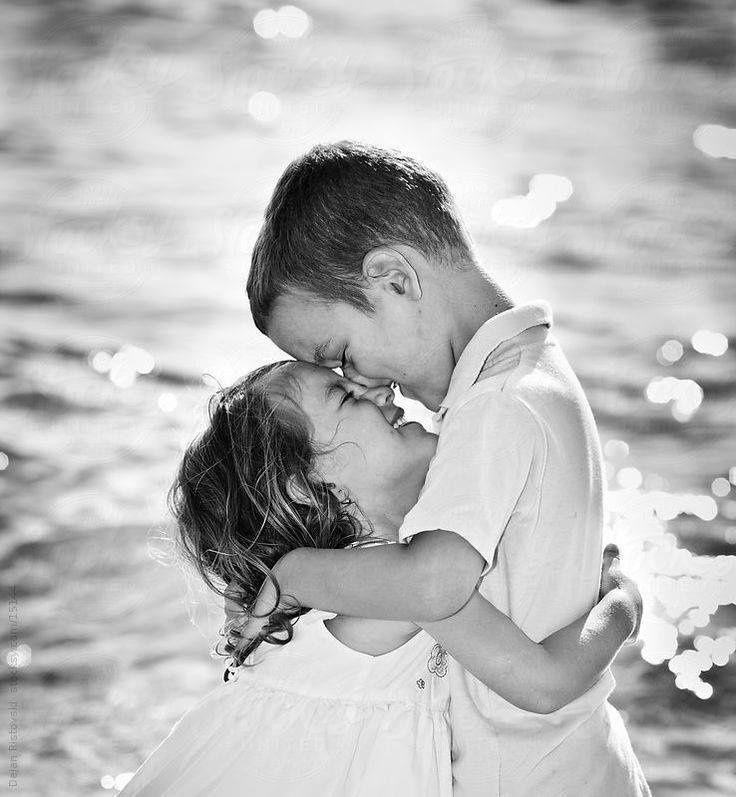 À quoi penses-tu ? Je pense au premier baiser que je te donnerai.