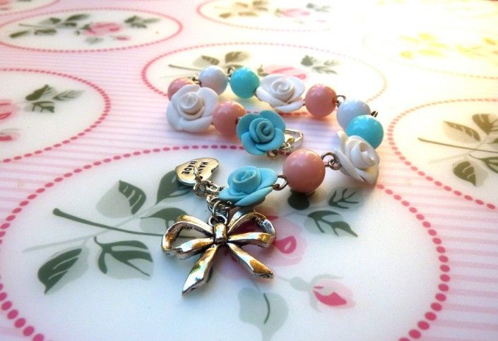 #bracelet with white #roses and blue and #pink #beads #polymer #clay #handmade - Braccialetto con rose bianche ed azzurre e perline rosa in fimo fatto a mano