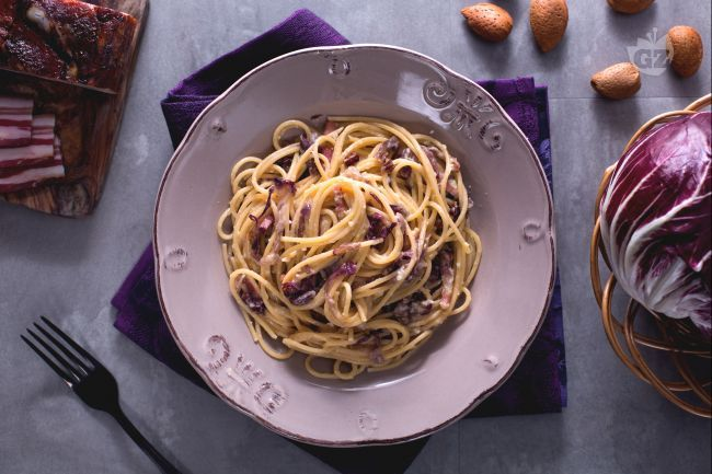 La pasta al radicchio, porri e pancetta è un primo piatto molto semplice e gustoso, grazie al mix di sapori, con il contrasto dolce e amaro!