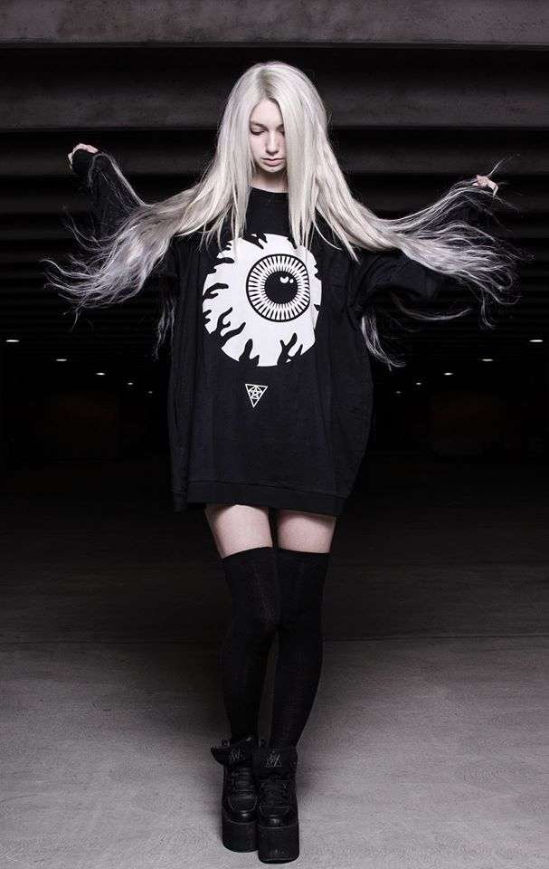 I want the giant eye ball shirt lol OvO
