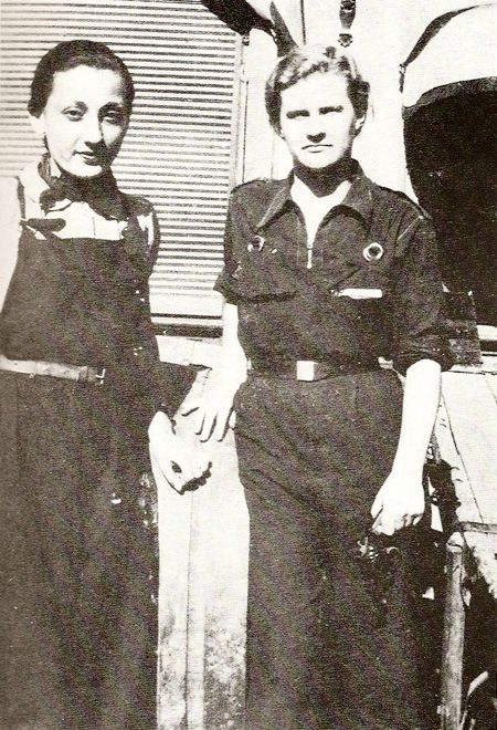 Mary Low y Olga Loeillet en Barcelona 1936. Mary sostiene una pistola en su mano…