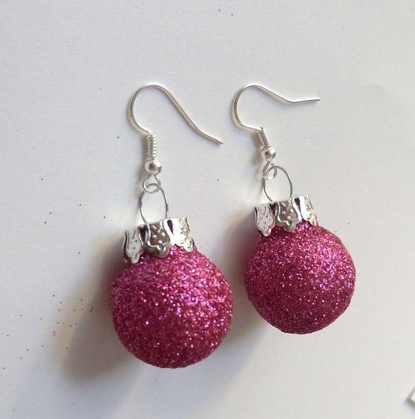 Adventskalenderfüllungen - Weihnachtskugeln-Ohrhänger glitzernd pink-silber - ein Designerstück von soschoen bei DaWanda