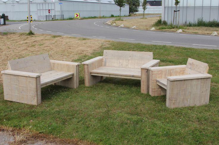 Steigerhouten tuinset; bankje 120/60 cm zitting en 35 cm hoog de rugleuning is 40 cm hoog; de stoel heeft een zitting van 60/60 cm verder dezelfde afmetingen als de bankjes Gemaakt en gefotografeerd door Leen de Ruiter
