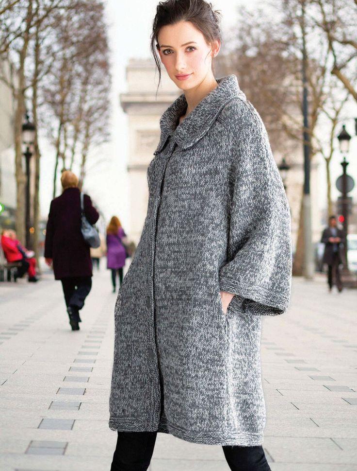 Свободное вязаное пальто спицами из Vogue осень 2015