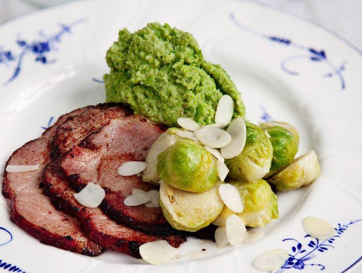 Broccolimos med brynt smörslungad brysselkål och stekt kassler är en lättlagad och fantastiskt god varmrätt, passar dig som följer LCHF. Här är receptet!
