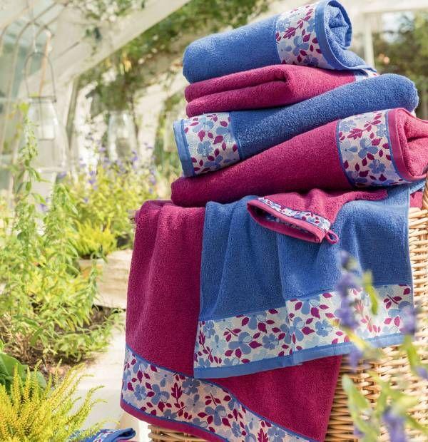 serviette fleurie bleu et aubergine