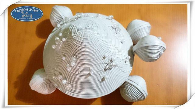 Tortuga Joyero blanca adornada con dibujos de alambre plateado y  cuentas blancas. Todo hecho con materiales reciclados 100*100.