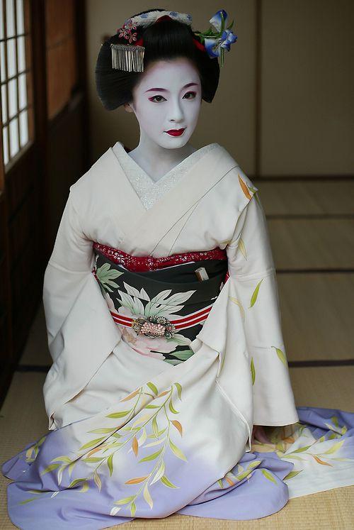 """taishou-kun: Kimiho きみほ, maiko shogunzuka 将軍塚 from Miyagawa-chou 宮川町、Kyoto 京都 - Mai 2002 Source : Watanabesan, Flickr """