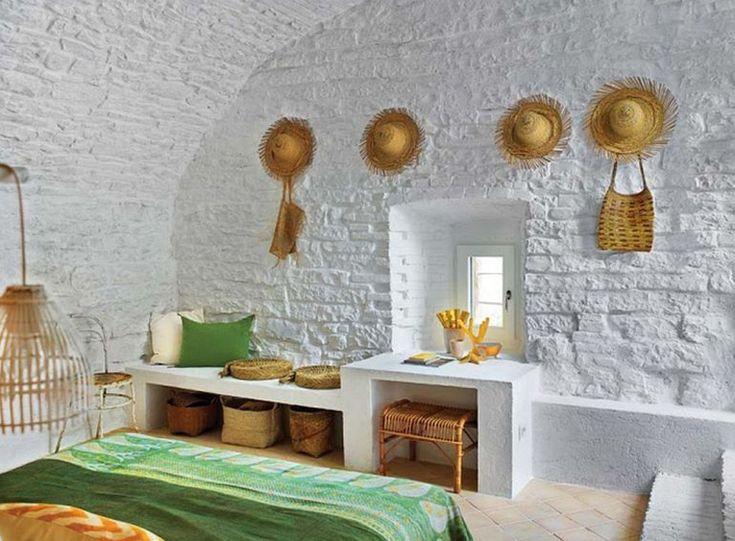 Спальня в вином погребе украшена плетеными элементами, а кирпичные стены просто побелены.  (средиземноморский,средиземноморский интерьер,средиземноморский дом,средиземноморский стиль,деревенский,сельский,кантри,архитектура,дизайн,экстерьер,интерьер,дизайн интерьера,мебель,спальня,дизайн спальни,интерьер спальни) .