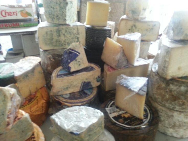 Quesos asturianos en Mercado de Cangas de Onis