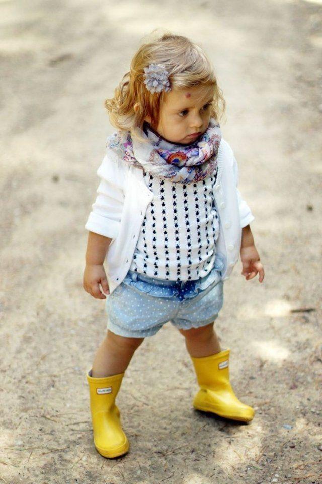 kleinkind mädchen outfit ideen schal strickjacke gelbe gummikstiefel