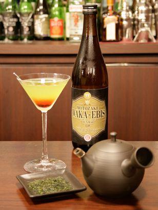 """【YOKKAICHI SHINING】三重県が日本一の生産量を誇る、四日市""""すいざわ""""の「かぶせ茶」そのキラキラと太陽に輝く茶畑と、四日市観光の代表である「四日市コンビナート夜景」を表現し、三重の基酒【WAKA-EBIS】をベースに、""""急須""""を使用したまったく新しいカクテル技法で、三重 四日市の魅力を発信するご当地カクテルです。"""