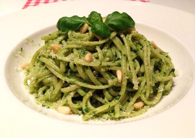 Heb je zelf altijd al de lekkerste pasta pesto willen maken? Kijk dan gelijk op AllesOverItaliaansEten.nl voor het aller lekkerste recept voor pasta pesto!