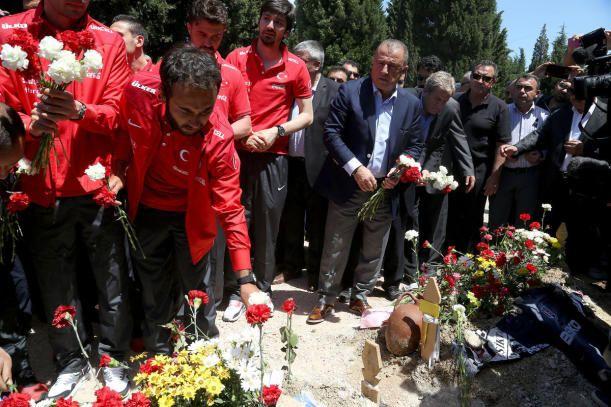"""GÖZYAŞLARINA BOĞULDU  Fenerbahçeli futbolcu Gökhan Gönül, gözyaşlarını tutamadı. Heyetle birlikte açıklama yapan Gönül,""""Şehitlerimize Allah'tan rahmet yakınlarına başsağlığı diliyorum. Ateş gerçekten düştüğü yeri yakıyor. Buna gerçekten şahit oldum. Çok zor bir durumdalar Kolay değil. Biz de acılarını paylaşmaya çalıştık.""""dedi. Bu sözlerin ardından konuşmakta zorlanan Gökhan Gönül, """"Siz devam edin Hocam ben devam edemeyeceğim."""" diyerek ağlamaya başladı."""