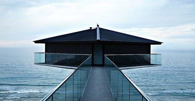 Karşısında okyanus, altında orman... Avustralyalı mimarlık şirketi F2 Architecture tarafından Büyük Okyanus'un kıyısında yerden bir hayli yüksekte tasarlanan bu ev mimari pratiklerden çok farklı ve çağının çok ilerisinde...  #1ev1stil #mekan #yaşammekan http://bit.ly/1FmDlS5
