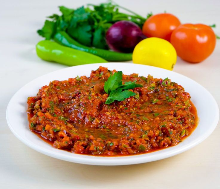 Ezme är enfräsch, turkisk mezzerätt som gärna serveras som en aptitretare med bröd eller som tillbehör till grillat. Salladen ska gärna vara stark ochsmakar som bäst när den görs av ekologiska tomater. Allra helst när det är säsong för tomater, som på sommaren. Då ska du användariktigt mogna och rumstempererade tomater. Då kan jag lova dig att du får en magiskt god ezme. I rumstemperatur utvecklas tomatens sötma och smak allra bäst, därför bör manaldrig förvara en tomat i kylen. FÖLJ…