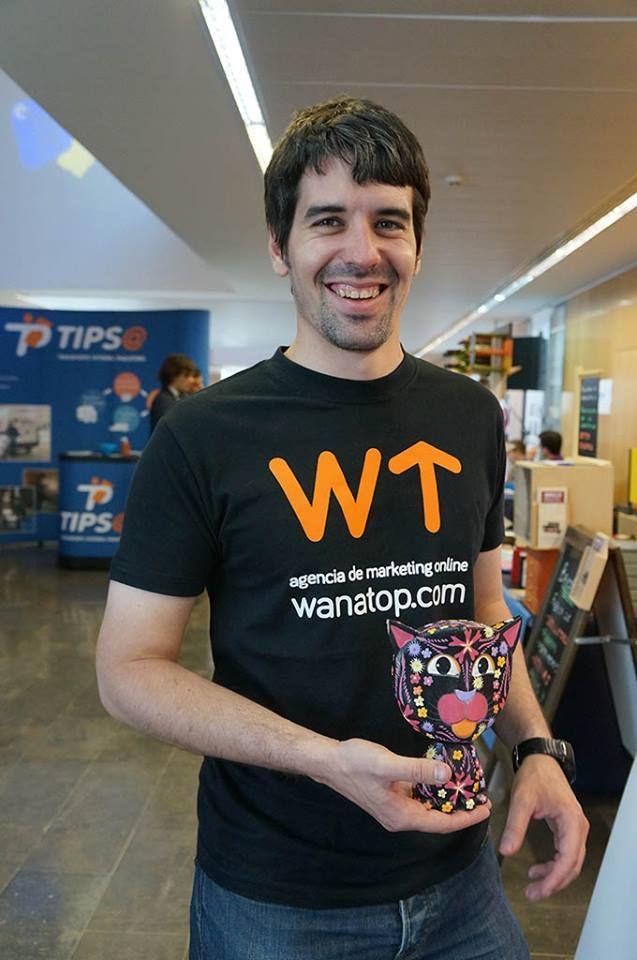 Jorge con la mascota de Wanatop en el stand de la #FTVWalqa