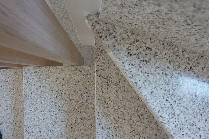 Scala con gradini in graniglia (pietra calcarea locale) tecnica artigianale, seminato, terrazzo veneziano