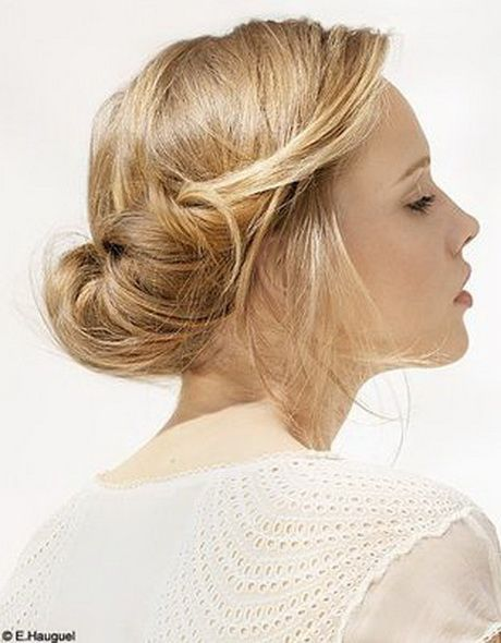 Printemps bientôt installé, robes légères qui n'attendent que nous et ambiance joviale à l'horizon… On se sent belle, plus que jamais ! Et côté cheveux, on s'en donne à cœur joie ! Puisque le moment est venu de délaisser notre éternel brushing pour un look capillaire léger à l'esprit décontracté, le chignon… Découvrez les coups de cœur d'AZZO Professionnel, pour des coiffures printanières toujours plus tendances. #chignonbanane #azzoprofessionnel #hairtrend #hairstyle