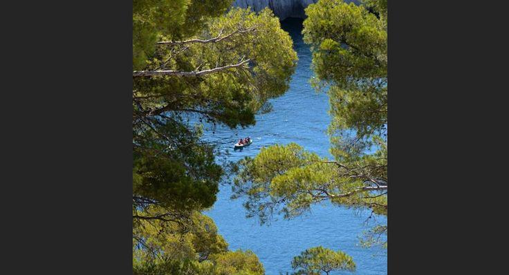 Vue plongeante sur les eaux de la calanque de Port-Miou, à Cassis, dans les Bouche-du-Rhône (Provence-Alpes-Côte-d'Azur).