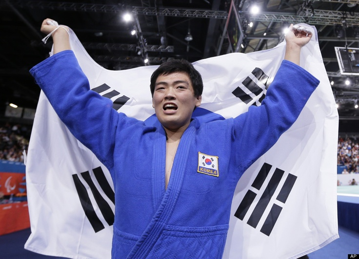 South Koreas Choi Gwang-geun wins gold in the mens 100kg judo final aat the 2012 Paralympics