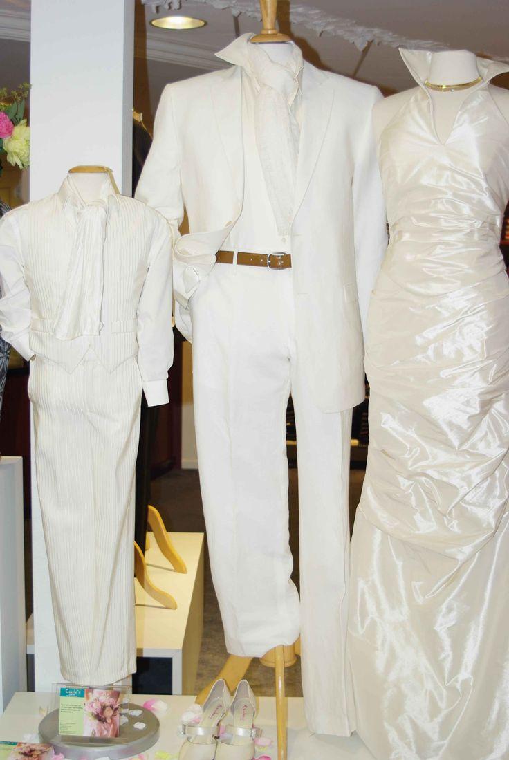 Corrie's bruidskindermode staat bij de etalage van Bossenbroek man in Voorthuizen. Corrie's bruidskindermode voor feestkleding voor bruidskinderen, bruidsmeisjes, kleding voor doop en communie, jongenskostuums, bruidsmeisjes, bruidsjonkers, trouwen, bruiloft, huwelijk. bruidskindermode.nl