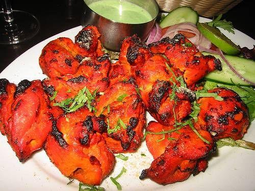 Kip Tandoori is een Indiaas gerecht van kippenpoten is een marinade van yoghurt en speciale tandoorikruiden, waarin onder andere gember, komijn en knoflook zijn verwerkt.
