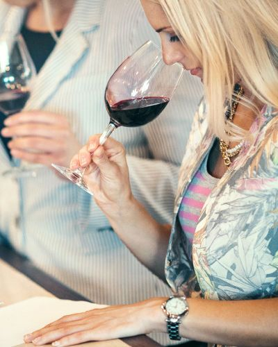 Et par som er glad i vin? Vinkurs og smaking gir brudeparet mulighet til å smake seg igjennom enten franske eller italienske viner. Kursene holdes av en tidligere norgesmester i vinsmaking, med en karriere som sommelier, vinsjef og vinlærer, så her er man i trygge hender!