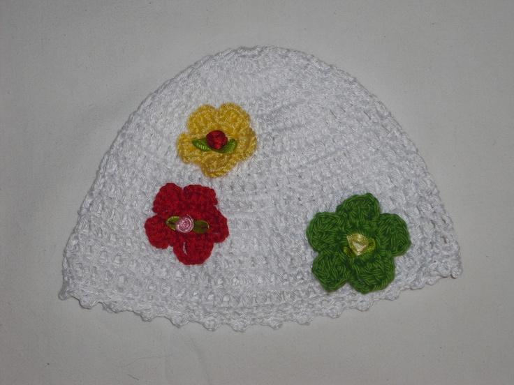 Gehäkelte Mütze für Frühchen - Neugeborene    Kopfumfang von 36-38 cm    Sommerlich leicht    Mit Häkelblumen und Satinrosen verziert    Wolle lt. Wol