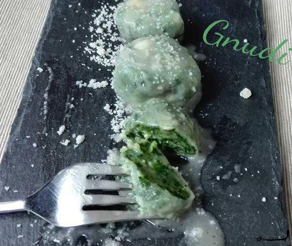 Palline di spinaci , o gnudi...chiamateli come volete, ma provateli, sono deliziosi e semplici, per gustarli meglio li condisco con semplice burro e salvia!