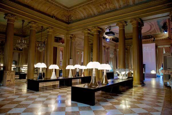 Allestimento Martinelli Luce presso l'Institut culturel italien di Parigi per la celebrazione dei 50 anni della lampada Pipistrello, design Gae Aulenti, 1965