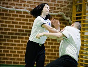 A Wing Tsun – eredetét tekintve – alkalmas utcai szituációkban a hatékony önvédelemre. Ezt a stílust egy apáca fejlesztette ki, pont azzal a szándékkal, hogy egy nő, vagy egy gyengébb férfi is képes legyen megvédeni magát a támadótól. Főbb irányelvei is erre épülnek: Pl. Nem az erő-erő elleni harc dominál