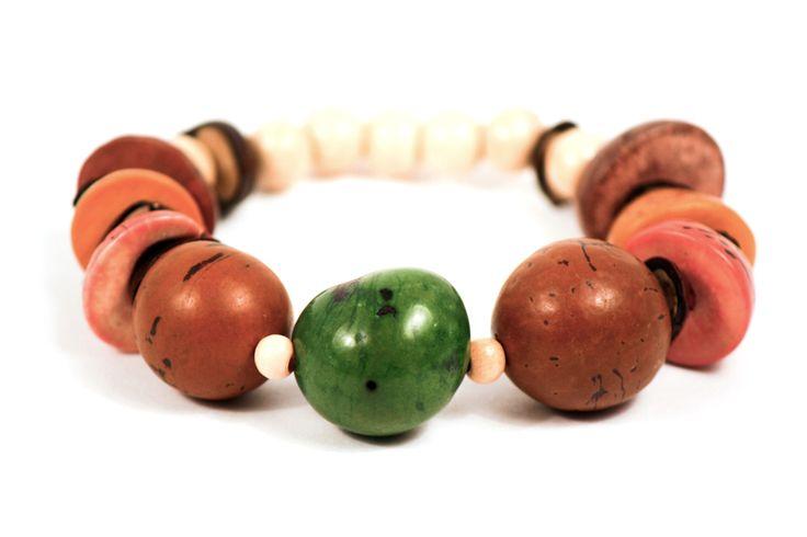 Accesorio de fin de semana: Las semillas que nos ofrece la naturaleza, hacen de Bios una pulsera artesanal muy original.