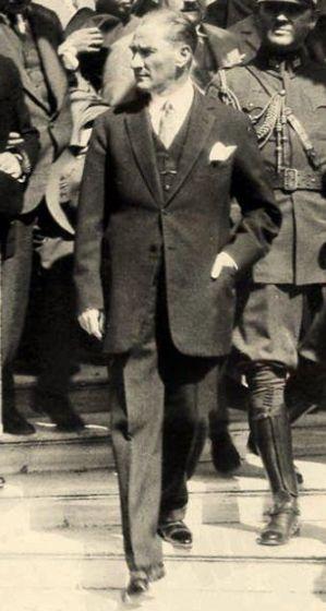 """Lozan Barışı, Türk tarihinde bir dönüm noktasıdır. Türk milleti için siyasî bir zafer oluşturan bu antlaşmanın Osmanlı tarihinde emsali yoktur!"""" (24 Temmuz 1927, ATATÜRK'ün, Lozan Antlaşması'nın 4. yıldönümü nedeniyle Dolmabahçe Sarayında kendisini ziyaret eden İstanbul Darülfununu Hukuk Fakültesi Heyetine söylevinden)"""
