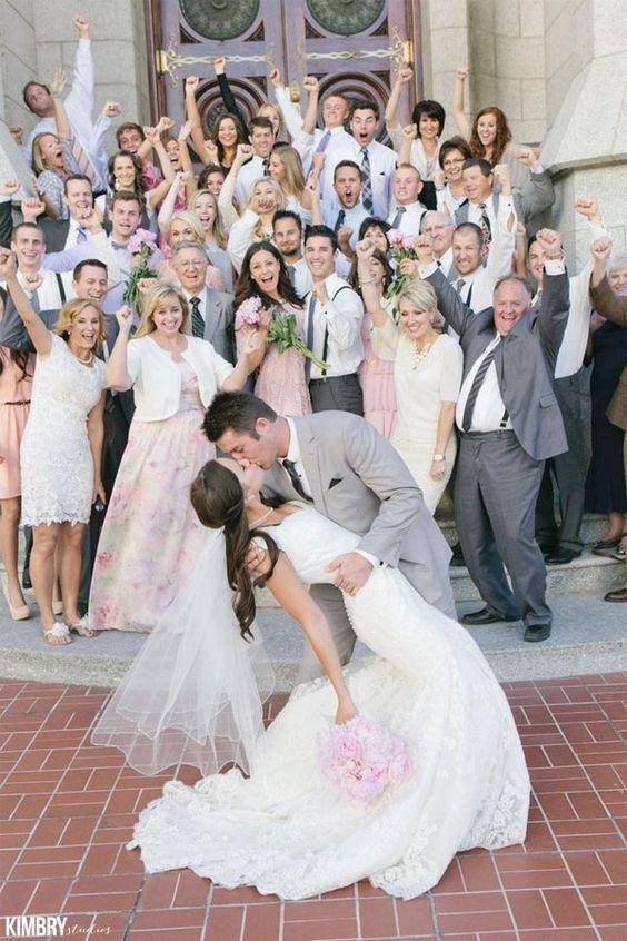 Photo de couple mariage : avec les invités