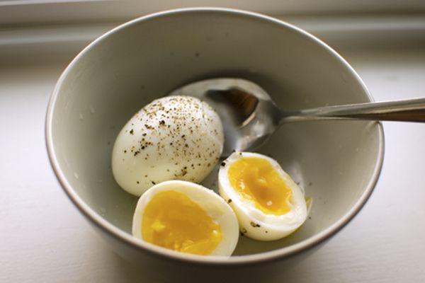 Nagyon kevesen tudják, hogy milyen csodálatos dolgot tapasztalhatnak, ha minden nap megesznek 2 darab főtt tojást. A tojás önmagában véve is nagyon egészséges, viszonylag olcsó és csak 85 kalóriát tartalmaz.    Lássuk milyen hihetetlen hatásokat tapasztalhatunk, ha