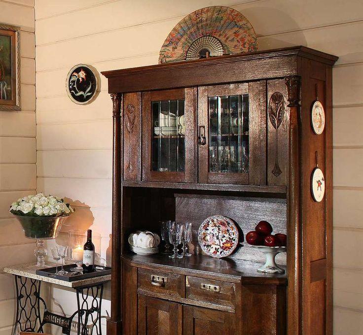 Винтажный кухонный буфет в деревенском интерьере кухни