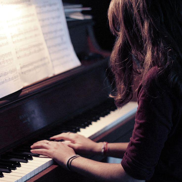 girl playing piano - 736×737