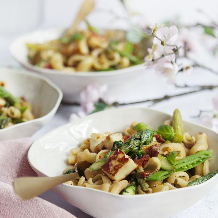 Smarrig pasta på bara 20 minuter! Bjud på sparris- och halloumipasta till middag, vårt vegetariska recept är enkelt & gott! Kika in hos oss för Inspiration.