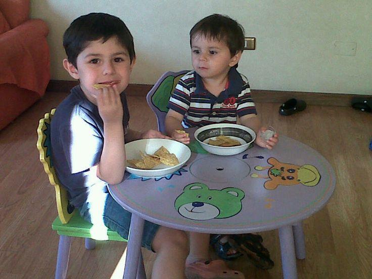 los niños comiendo