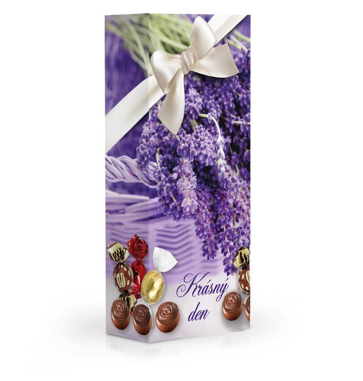 Čokoládové plněné pralinky v dárkové krabičce s motivem levandule.