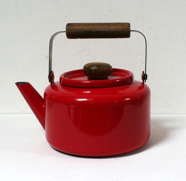 Bouilloire rouge en tôle émaillée et bois.