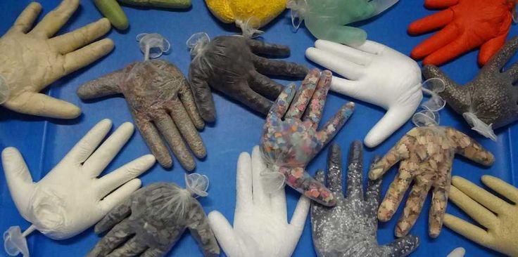 Voici un jeu sensoriel, évolutif, qui s'inspire des ballons sensoriels et de « recettes » de textures trouvées sur Pinterest. J'avais aussi vu l'utilisation de ces gants pour quelques jeux… Ne trouvant pas de gros ballons pas chers, j'ai choisi les gants...