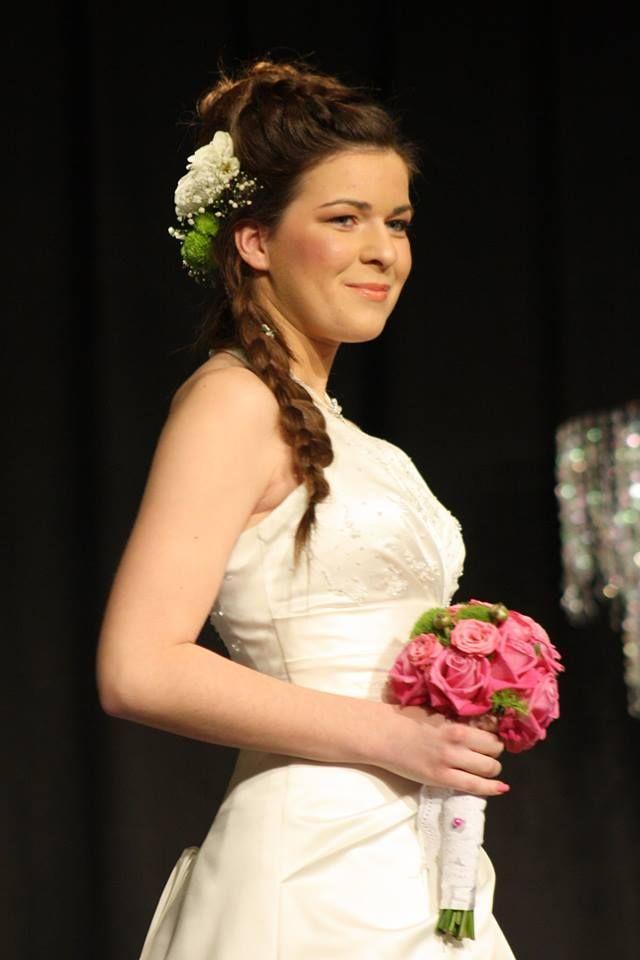 Szép natúr menyasszonyi smink, Frizurája: Félig feltűzött, különleges fonatokkal átszőtt hajkorona egyedi virág díszítéssel