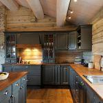 Klassisk kjøkken i heldekkende askesort (S-8000N). Brunoljet eik benkeplate. Ventilatorstokken i eik over komfyren gir et helhetlig inntrykk. Kjøkkenet er utstyrt med knotter og skålhåndtak i antik…